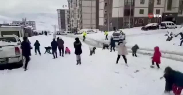 Şırnak polisi ile çocuklar arasında eğlenceli kar topu savaşı
