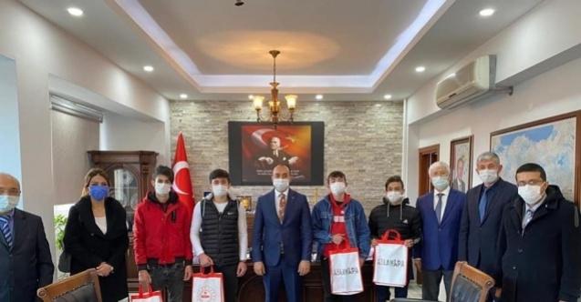 Aslanapa'da öğrencilere 35 adet tablet dağıtıldı