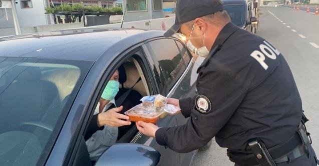 Polis iftara yetişemeyenlerle kumanyasını paylaştı