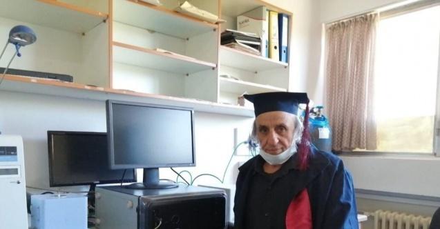 Üniversiteyi 1988'de bırakmıştı, tekrar başladı 67 yaşında mezun oldu
