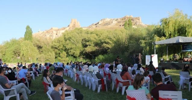 Van Kalesi'nde dört dilde konser